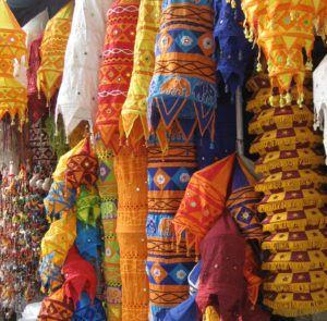 Handicraft_shop_Janpath,_New_Delhi_Fashion_Style