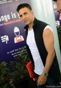 Akshay-Kumar-sleeveless-jacket-T-shirt-in-Delhi-640x920